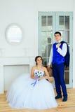 Le studio de blanc de vintagey de jeunes mariés Photographie stock