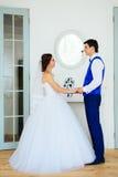 Le studio de blanc de vintagey de jeunes mariés Photo stock