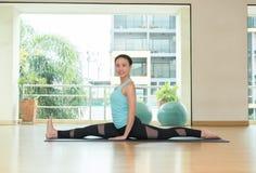 Le studio de classe de yoga, les fentes avant faisantes principales de femme asiatique posent, Hea photographie stock libre de droits