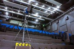 Le studio de TV apprenant la pratique en matière d'amphithéâtre rame l'éducation Vide de sièges photo stock