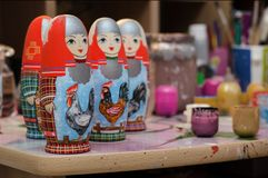 Le studio du ` s d'artiste Poup?es Matryoshka photos stock