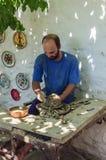 Le studio principal de poterie d'art du ` s en travaillant avec la technologie antique sur la pédale photographie stock