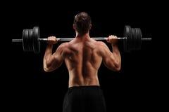 Le studio a tiré d'un bodybuilder soulevant un barbell images stock