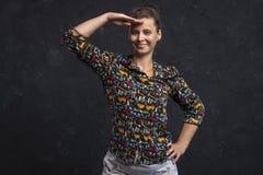Le studio a tiré d'une fille dans des vêtements à la mode regardant en avant Portrait d'une femme attirante examinant la distance photo stock