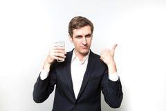 Le studio a tiré de l'homme d'affaires avec des glas de l'eau de scintillement Photo libre de droits