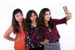 Le studio a tiré de trois jeunes amies persanes heureuses a de sourire de femme Photographie stock
