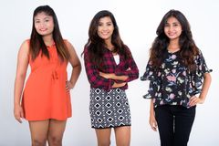 Le studio a tiré de trois jeunes amies persanes heureuses W de sourire de femme Photo libre de droits