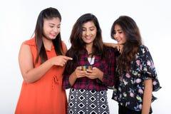 Le studio a tiré de trois jeunes amies persanes heureuses W de sourire de femme Photographie stock