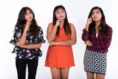 Le studio a tiré de trois jeunes amis persans de femme pensant tandis que Photos libres de droits