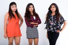 Le studio a tiré de trois jeunes amis persans de femme posant ensemble Image libre de droits