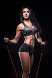 Le studio a tiré du corps parfait de la femelle de bodybuilder avec l'extenseur ; Photo libre de droits