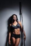 Le studio a tiré du corps parfait de la femelle de bodybuilder avec le barbell ; Image libre de droits