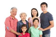 Le studio a tiré du famille chinois sur plusieurs générations Photo stock