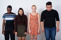 Le studio a tiré du groupe divers d'amis ethniques multi semblant tristes Images stock