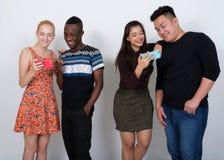 Le studio a tiré du groupe divers heureux de smili ethnique multi d'amis Photo stock