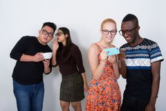 Le studio a tiré du groupe divers heureux de smili ethnique multi d'amis Photographie stock libre de droits