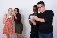 Le studio a tiré du groupe divers heureux de smili ethnique multi d'amis Photos libres de droits
