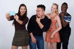 Le studio a tiré du groupe divers heureux de smili ethnique multi d'amis Images libres de droits