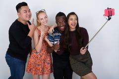 Le studio a tiré du groupe divers heureux de smili ethnique multi d'amis Images stock