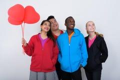 Le studio a tiré du groupe divers heureux de smili ethnique multi d'amis Image stock