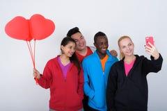 Le studio a tiré du groupe divers heureux de smili ethnique multi d'amis Image libre de droits