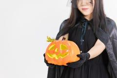 Le studio a tiré le jeune costume asiatique de femme dans la sorcière noire sur le chapeau de maille image stock