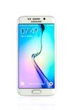 Le studio a tiré d'un smartphone blanc de bord de la galaxie S6 de Samsung Photographie stock libre de droits