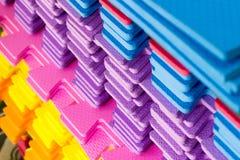 Le stuoie multicolori di puzzle di EVA Foam hanno impilato immagini stock libere da diritti