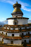 Le stupa de bouddhisme avec Bouddha observe dans le gyantse Thibet Photos stock