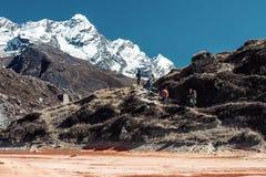 Le style ancien a coloré la vue des randonneurs dans le terrain de montagne image stock