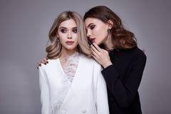 Le style assez beau sexy de mode de femme du portrait deux vêtx m Photographie stock