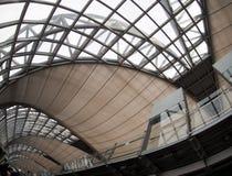 Le style contemporain de matériel et de construction conçoivent l'aéroport de SUVARNABHUMI À BANGKOK Photographie stock libre de droits