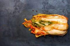 Le style coréen a salé le chou Kimchi sur le plateau de gril photo stock