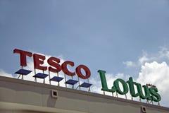 Le style de Dicut de nom de signe sur la lumière du jour de Tesco Lotus Discount Store sur le fond de ciel bleu Photos libres de droits