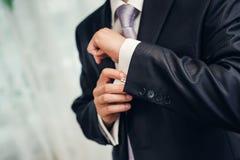 Le style de l'homme. costume, chemise et cravate de habillage Photographie stock libre de droits