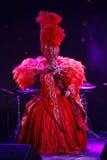 Le style du cabaret parisien Sur l'étape dans une exposition spectaculaire de premier ministre de théâtre musical Photos libres de droits