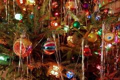 Le style du kitsch 70s a décoré l'arbre de Noël Photo stock