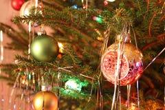 Le style du kitsch 70s a décoré l'arbre de Noël Images libres de droits