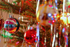 Le style du kitsch 70s a décoré l'arbre de Noël Photographie stock libre de droits