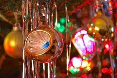 Le style du kitsch 70s a décoré l'arbre de Noël Image libre de droits