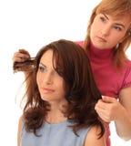 Le styliste effectue le cheveu images libres de droits