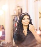 Le styliste fait la jeune mariée de maquillage le jour du mariage images stock