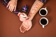 Le stylo écrivent à lettre le cher jour du ` s de Valentine de brun de boîte-cadeau de tasse de café de main de rouge je t'aime Photo libre de droits