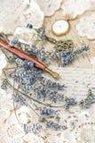 Le stylo d'encre de vintage, clé, parfum, horloge de poche, lavande fleurit Photo libre de droits
