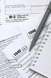 Le stylo et le carnet est des mensonges sur la feuille d'impôt U 1040 S Individua Photographie stock