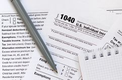Le stylo et le carnet est des mensonges sur la feuille d'impôt U 1040 S Individua Photos stock