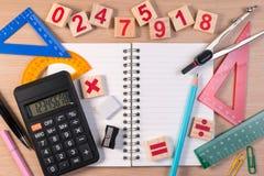 Le stylo et l'abaque au-dessus du carnet d'école pour des mathématiques classent à l'école Photographie stock libre de droits