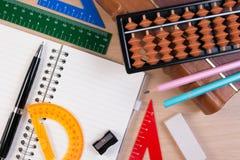 Le stylo et l'abaque au-dessus du vieux vintage réservent pour la classe de mathématiques à l'école Image stock