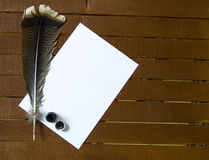 Le stylo et le papier nostalgiques de plume d'oiseau Image libre de droits