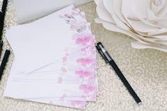 Le stylo et les pages pour des invités souhaite des nouveaux mariés photo libre de droits